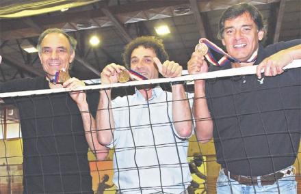El necochense Esteban Martínez, Kantor y Quiroga, tres integrantes del equipo que le dio la única medalla olímpica al voleibol