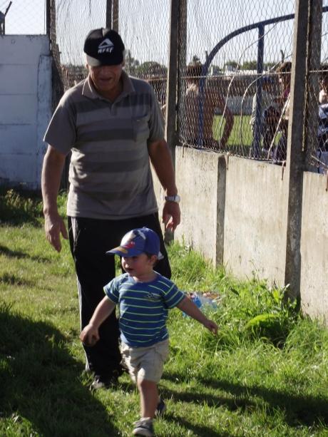 Don Eduardo Vazquez en la cancha con su familia
